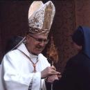 Генеральна настоятелька сестер-шариток складає реліквіарій кардиналу Бертоне