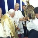 Папа Іван Павло ІІ коронує ікону Богородиці Благодатної